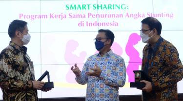 """Kepala BKKBN Hasto Wardoyo (tengah) berbincang dengan President Director KALBE Nutritionals Ongkie Tedjasurja (kanan) dan Dirut Klikdokter Dino Bramanto (kiri) saat acara """"Smart Sharing : Program Kerja Sama Penurunan Angka Stunting di Indonesia"""" di Jakarta, Selasa (4/5/2021). (Liputan6.com/HO/Ading)"""