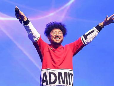 Malam penghargaann XYZ Day Creator Awards 2018 baru saja digelar tadi malam, Rabu (26/4/2018). Pada malam yang digelar di The Hall Senayan City, Jakarta Pusat itu diramaikan oleh penyanyi solo Kunto Aji. (Bambang E Ros/Bintang.com)