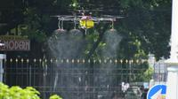 Sebuah drone diterbangkan untuk menyemprotkan disinfektan di Gedung Pakuan, Kota Bandung, Selasa (31/3/2020). (Humas Jabar)