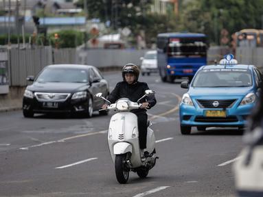 Pengendara sepeda motor melintasi Jalan MH Thamrin, Jakarta, Kamis (11/1). Pemprov DKI Jakarta tengah mengkaji kebijakan ganjil-genap untuk kendaraan roda dua melintasi Jalan MH Thamrin. (Liputan6.com/Faizal Fanani)