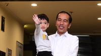Presiden Joko Widodo menggendong Jan Ethes saat menjenguk kelahiran La Lembah Manah di RS PKU Muhammadiyah, Surakarta, Jumat (15/11/2019). La Lembah Manah menjadi cucu ketiga Jokowi. (Foto: Kris-Biro Pers Sekretariat Presiden)