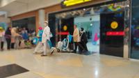 Para jemaah umrah yang sampai di Bandara Internasional Sultan Mahmud Badaruddin (SMB) II Palembang Sumsel (Liputan6.com / Nefri Inge)