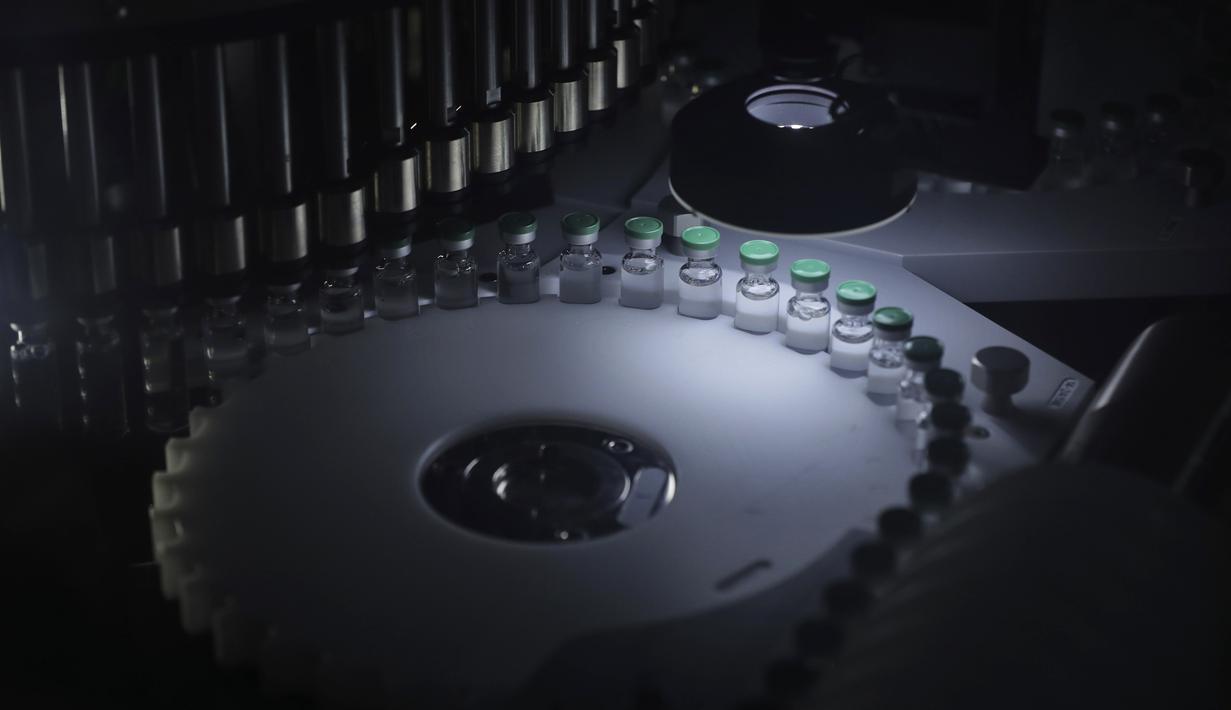 Botol vaksin COVID-19 terlihat pada mesin pengisi di Serum Institute of India, Pune, India, Kamis (21 Januari 2021). Serum Institute of India adalah pembuat vaksin terbesar di dunia dan telah dikontrak untuk memproduksi miliar dosis vaksin AstraZeneca-Oxford University. (AP Photo/Rafiq Maqbool)