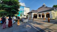 Wali Kota Solo Gibran Rakabuming Raka menyulap rumah dinas wali kota menjadi pasar takjil setiap Sabtu dan Minggu selama bulan Ramadan.(Liputan6.com/Fajar Abrori)