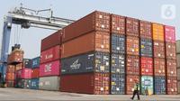 Aktivitas pekerja bongkar muat peti kemas di Tanjung Priok, Jakarta, Selasa (8/10/2019). Data Badan Pusat Statistik (BPS) menunjukkan kinerja ekspor dan impor Indonesia pada Agustus 2019 menurun. Total ekspor Indonesia mencapai US$ 14,28 miliar. (Liputan6.com/Angga Yuniar)