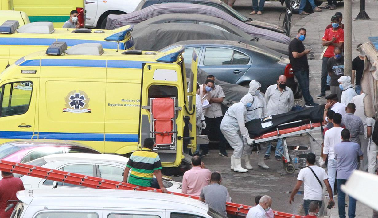 Sejumlah petugas medis bekerja dekat lokasi kebakaran di Alexandria, Mesir, Senin (29/6/2020). Tujuh pasien tewas dan tujuh staf medis terluka ketika kebakaran terjadi di sebuah rumah sakit swasta di Kota Alexandria. (Xinhua/Stringer)