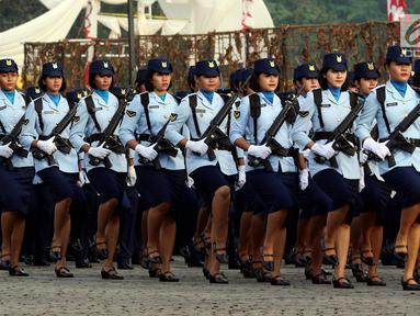 Prajurit Wanita TNI berbaris pada apel bersama untuk memperingati Hari Kartini 2018 di Silang Monas, Jakarta, Rabu (25/4). Upacara diikuti 10 ribu perempuan yang terdiri dari prajurit TNI, Polri dan segenap komponen bangsa. (Liputan6.com/Johan Tallo)