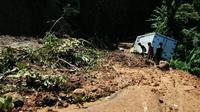 Pengerukan material longsor di ruas Ciwidey-Cidaun, Kabupaten Cianjur, Jawa Barat dilanjutkan hari ini setelah dihentikan sementara karena minim penerangan dan rentan longsor susulan. (Liputan6.com/Achmad Sudarno)