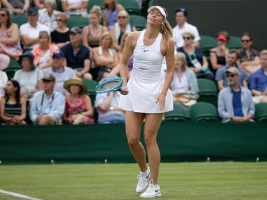 Petenis Rusia Maria Sharapova gagal memasukan bola saat melawan petenis Prancis, Pauline Parmentier dalam pertandingan tunggal putri di hari kedua Wimbledon Tennis Championships di London, Inggris (2/7/2019). Sharapova takluk atas Parmentier 6-4, (4) 6-7, 0-5. (AP Photo/Tim Irlandia)