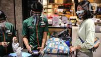 Pengunjung menggunakan kantong belanja ramah lingkungan saat berbelanja di Mall Grand Indonesia, Jakarta, Rabu (1/7/2020). Hari pertama larangan penggunaan kantong plastik di Jakarta, pusat perbelanjaan ini menerapkan penggunaan kantong belanja ramah lingkungan (KBRL). (Liputan6.com/Faizal Fanani)