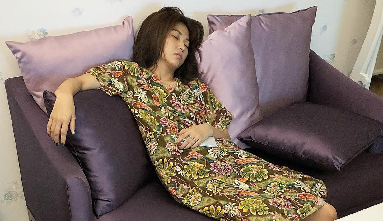 Bisa dibilang Sarwendah merupakan istri yang luar biasa. Ia terlihat tertidur di sofa setelah menidurkan Thalia dan ingin menunggu Ruben Onsu pulang kerja. (Foto: instagram.com/ruben_onsu)