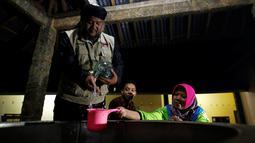 Ustad Ahmad Ischsan Maulana mempersiapkan ramuan herbal untuk rehabilitasi pecandu narkoba di Purbalingga, Jateng, 27 Juli 2016. Terapi untuk pecandu narkoba ini dilakukan dengan merebus pasien di atas kompor yang menyala. (REUTERS/Darren Whiteside)