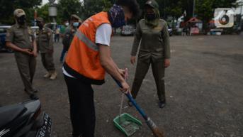 Warga Pelanggar Tertib Masker di Pasar Rebo Disanksi Menyapu Jalan