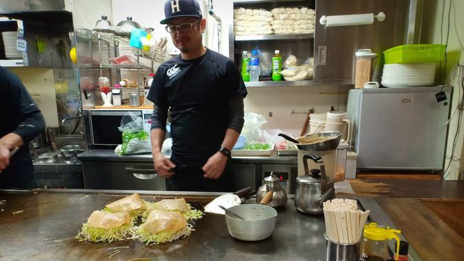 Memasak okonomiyaki khas Hiroshima, Jepang (Liputan6.com/ Mevi Linawati)