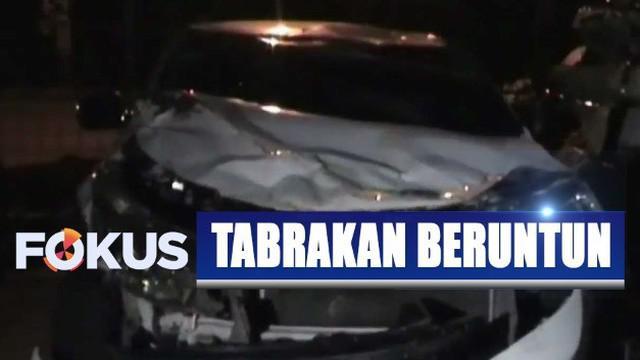 Petugas polisi lalu lintas yang datang ke lokasi kejadian langsung mengevakuasi korban ke rumah sakit dan menggelar olah TKP.