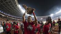 Bek Persija Jakarta, Gunawan Dwi Cahyo, merayakan gelar juara Piala Presiden setelah mengalahkan Bali United di SUGBK, Jakarta, Sabtu (17/2/2018). Persija menang 3-0 atas Bali United. (Bola.com/Vitalis Yogi Trisna)