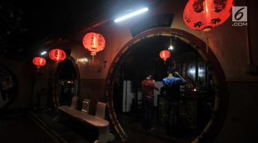 Umat Tionghoa berdoa di Klenteng Boen Tek Bio, Pasar Lama, Tangerang, Kamis (31/1). Klenteng yang dibangun tahun 1684 ini merupakan rumah ibadah yang ramai dikunjungi oleh umat Tionghoa, terlebih menjelang Tahun Baru Imlek. (Merdeka.com/Iqbal S. Nugroho)
