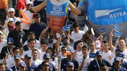 Eksekutif Group Astra International, Iwan Hadiantoro saat kirab Obor Asian Games 2018 di Jalan Jendral Sudirman, Jakarta, Sabtu (18/8). Hari terakhir kirab obor ini api abadi dibawa dari Tugu Monas hingga Gelora Bung Karno. (Liputan6.com/ Fery Pradolo)