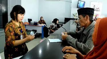 Ratusan pensiunan PNS di bank BRI cabang Polewali Mandar Sulawesi Barat antri untuk mencairkan dana tunjangan hari raya (THR) mereka, rabu (6/6/2018).