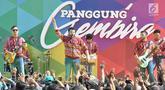 Penyanyi dangdut Ridho Rhoma (dua kiri) saat tampil dalam Panggung Gembira di Semarang, Jawa Tengah, Sabtu (15/12). Sejumlah artis dangdut ternama menghibur masyarakat Semarang. (Liputan6.com/Gholib)