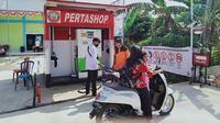 Warga mengisi bahan bakar di Pertahsop, Desa Kemingking Dalam, Kecamatan Taman Raja, Kabupaten Muaro Jambi, Jambi. (Liputan6.com/Gresi Plasmanto)