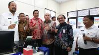 (Ki-ka) Bupati Ponorogo Ipong Muchlissoni bersama Pejabat BNP2TKI, Kepolisian, Staf Ahli Menaker bidang HAL Irianto Simbolon, Karo Humas Kemnaker Soes Hindharno, dan Kepala Dinas Tenaga Kerja Ponorogo Bedianto.