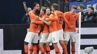 Para pemain Belanda merayakan gol yang dicetak oleh Virgil Van Dijk ke gawang Jerman pada laga UEFA Nations League di Veltins Arena, Gelsenkirchen, Senin (19/11/2018). Kedua tim bermain imbang 2-2. (AP/Martin Meissner)