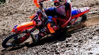 Pebalap Ducati, Andrea Dovizioso, memilih untuk mengendarai motocross di waktu luang yang dimiliki. (Instagram/@andreadovizioso)