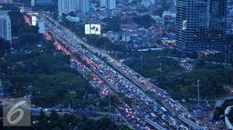 Kendaraan menyemut di Tol Dalam Kota kawasan Gatot Subroto, Jakarta, Jumat (9/9). Bertambahnya volume kendaraan jelang libur panjang Idul Adha membuat lalu lintas menjadi macet. (Liputan6.com/Gempur M Surya)