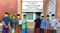 Universitas Nahdlatul Ulama Surabaya (Unusa) memberikan bantuan masker dan hand sanitizer kepada pondok pesantren Al Hikam Bangkalan. (Foto: Liputan6.com/Dian Kurniawan)