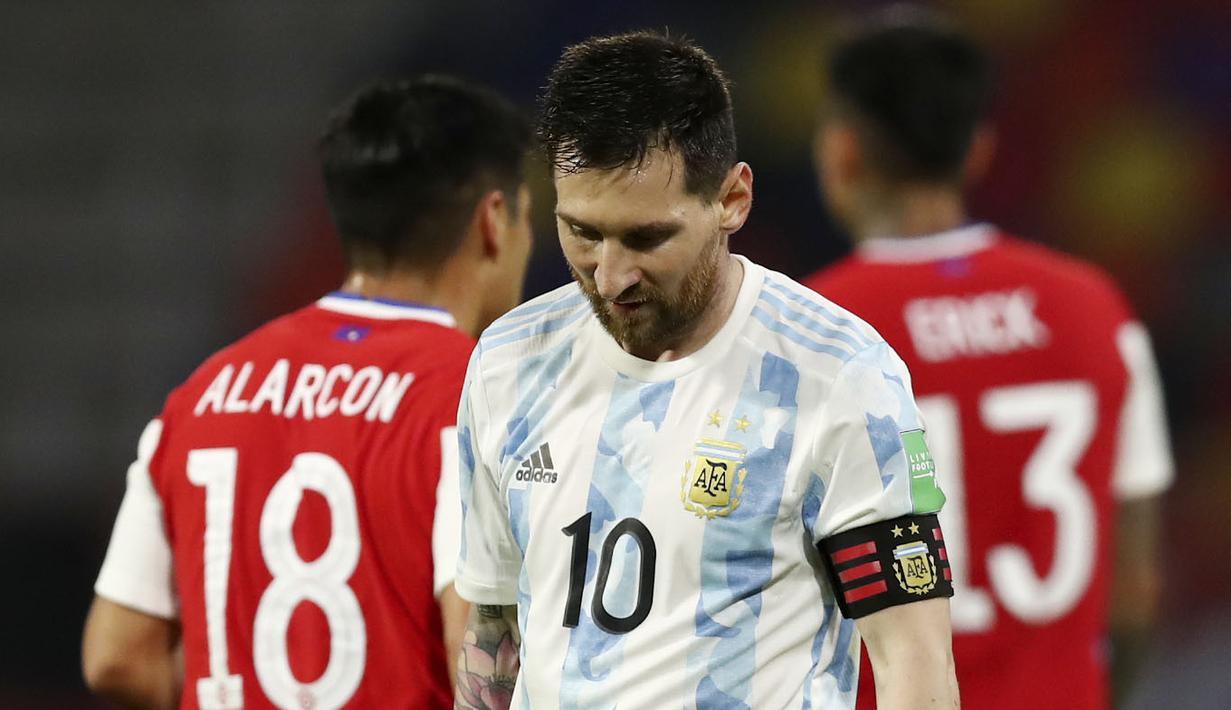Striker Argentina, Lionel Messi, tampak lesu usai ditahan imbang Chili pada Kualifikasi Piala Dunia 2022 Zona Amerika Selatan di Stadion Santiago del Estero, Jumat (4/6/2021). Kedua tim bermain imbang 1-1. (Agustin Marcarian, Pool via AP)