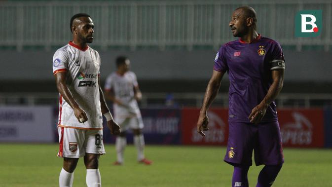 Penyerang Borneo FC, Boaz Solossa (kiri) dan bek Persik Kediri, Andri Ibo dalam laga pekan kedua BRI Liga 1 2021/2022 di Stadion Pakansari, Bogor, Jumat (10/9/2021). Borneo FC kalah 0-1. (Foto: Bola.com/Ikhwan Yanuar)