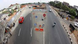 Kendaraan melewati proyek pembangunan MRT di kawasan Lebak Bulus, Jakarta, Kamis (23/7/2015). Kondisi jalan di Jakarta diprediksi akan normal pada 27 Juli mendatang pasca cuti bersama libur Lebaran selesai. (Liputan6.com/Helmi Afandi)
