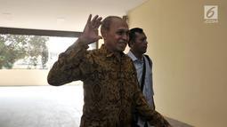 Mantan Kas Kostrad Kivlan Zen melambaikan tangan saat akan menjalani pemeriksaan di Gedung Bareskrim Mabes Polri, Jakarta, Senin (13/5/2019). Sebagai saksi, Kivlan Zen merasa penasaran siapakah yang menjadi tersangka pada kasusnya ini. (merdeka.com/Iqbal Nugroho)