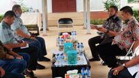 Anggota DPR Abdul Wahid (kanan atas) berdialog dengan karyawan PT Tabung Haji Indo Plantation di Indragiri Hilir. (Liputan6.com/M Syukur)