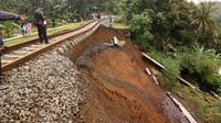 Mulai Sabtu ini, salah satu titik jalur yang longsor mulai bisa dilalui kereta dari Sukabumi hingga Cigombong. (Liputan6/Achmad Sudarno)