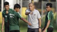 Asisten pelatih Timnas Indonesia U-22, Nova Arianto, memberikan arahan saat latihan di Lapangan ABC Senayan, Jakarta, Kamis (14/2). Latihan ini merupakan persiapan terakhir jelang Piala AFF U-22 2019 di Kamboja. (Bola.com/M. Iqbal Ichsan)