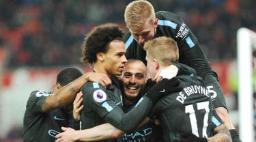 Pemain Manchester City, David Silva bersama rekan setimnya merayakan gol ke gawang Stoke City pada pertandingan pekan ke-30 Premier League di bet365 Stadium, Selasa (13/3). David Silva memborong dua gol kemenangan Manchester City. (AP/Rui Vieira)