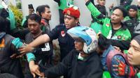 Penumpang ojek online ketakutan saat melintasi depan gedung DPR. (Liputan6.com/Nanda Perdana Putra)