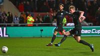 Pemain Manchester City, Kevin De Bruyne (kanan) mencetak gol ke gawang Bristol City pada leg kedua semifinal Piala Liga di Ashton Gate, Rabu (24/1). Manchester City menang tipis 3-2 dan memastikan diri lolos ke final. (Geoff CADDICK/AFP)