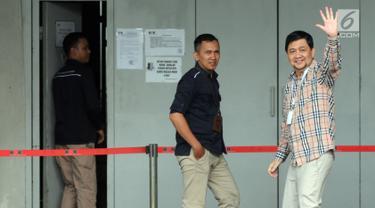 Ahmad Yani Pengacara Syafruddin Arsyad Tumenggung melambaikan tangan saat memasuki Rutan Kelas I Jakarta Timur, Cabang Rutan KPK, Jakarta, Selasa (9/7/2019). Mahkamah Agung (MA) memvonis lepas mantan Ketua BPPN Syafruddin Arsyad Tumenggung yang sebelumnya dihukum 15 tahun. (merdeka.com/Dwi Narwoko)