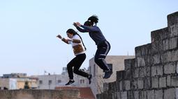 Sejumlah wanita muda Palestina berlatih parkour di Kota Betlehem, Tepi Barat (30/11/2020). (Xinhua/Mamoun Wazwaz)