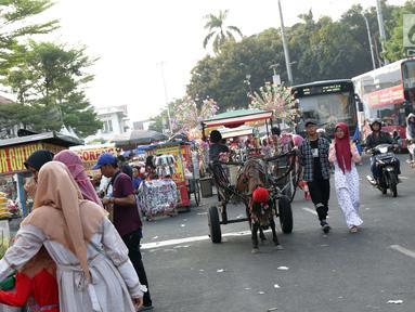 Pedagang Kaki Lima dan Delman memenuhi sebagian ruas Jalan Lada samping Kawasan Wisata Museum Fatahillah, Jakarta, Selasa (11/6/2019). Kondisi ini menyulitkan wisatawan pejalan kaki dan membuat arus lalu lintas di Jalan Lada menjadi semrawut. (Liputan6.com/Helmi Fithriansyah)