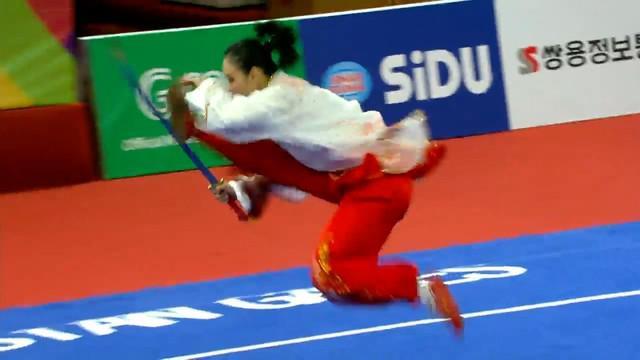 Lindswell Kwok berhasil menyumbang medali emas dalam cabang olahraga Wushu. Aksinya dikagumi banyak orang karena mampu melakukan banyak gerakan sulit dengan sempurna.