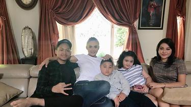 [Fimela] Krisdayanti dan anak-anaknya