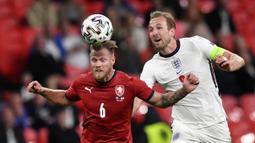 Harry Kane kurang mendapat pasokan bola-bola matang dari para pendukungnya di 'Three Lions'. Kane sendiri sudah menegaskan bahwa titel juara lebih penting dibandingkan gelar personal seperti sepatu emas Euro 2020. (Foto: AP/Pool/Justin Tallis)