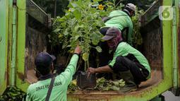 Petugas Dinas Pertamanan dan Hutan DKI Jakarta menurunkan bunga matahari dari truk di Bundaran HI, Jakarta, Jumat (18/6/2021). Pemasangan bunga matahari di kawasan Bundaran HI dalam rangka menyambut HUT ke-494 DKI Jakarta sekaligus mempercantik kawasan tersebut. (Liputan6.com/Faizal Fanani)