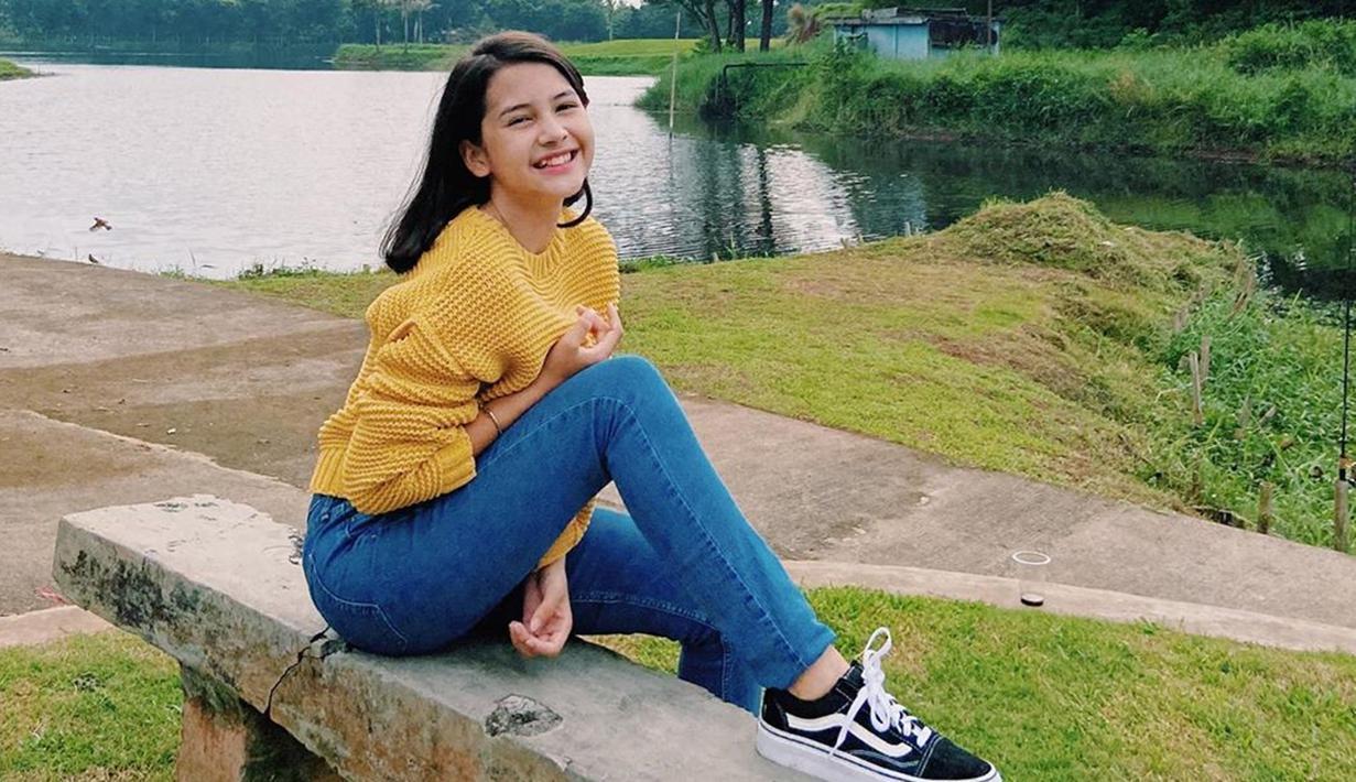 Melalui akun Instagram pribadinya, Sandrinna Michelle sering terlihat menggunakan celana denim. Ia juga kerap memadukan atasannya dengan sweater ataupun kaus berlengan pendek. (Liputan6.com/IG/@sandrinna_11)