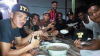 Pemain nonmuslim di tim Perseru tak segan menyiapkan masakan dan es buah sebagai hidangan buka puasa rekan setim yang beragama islam. (Bola.com/Robby Firly)