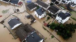 Foto udara memperlihatkan kondisi banjir yang merendam Desa Baiguoshu di Sankou, Kota Huangshan, Provinsi Anhui, China, Senin (6/7/2020). Pada 5 Juli 2020, Badan Meteorologi Provinsi Anhui menaikkan peringatan hujan badai dari level ketiga ke level kedua. (Xinhua/Shi Yalei)